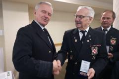 Komandor-Taber-wrecza-medal-95-lecia-klubu-YKP